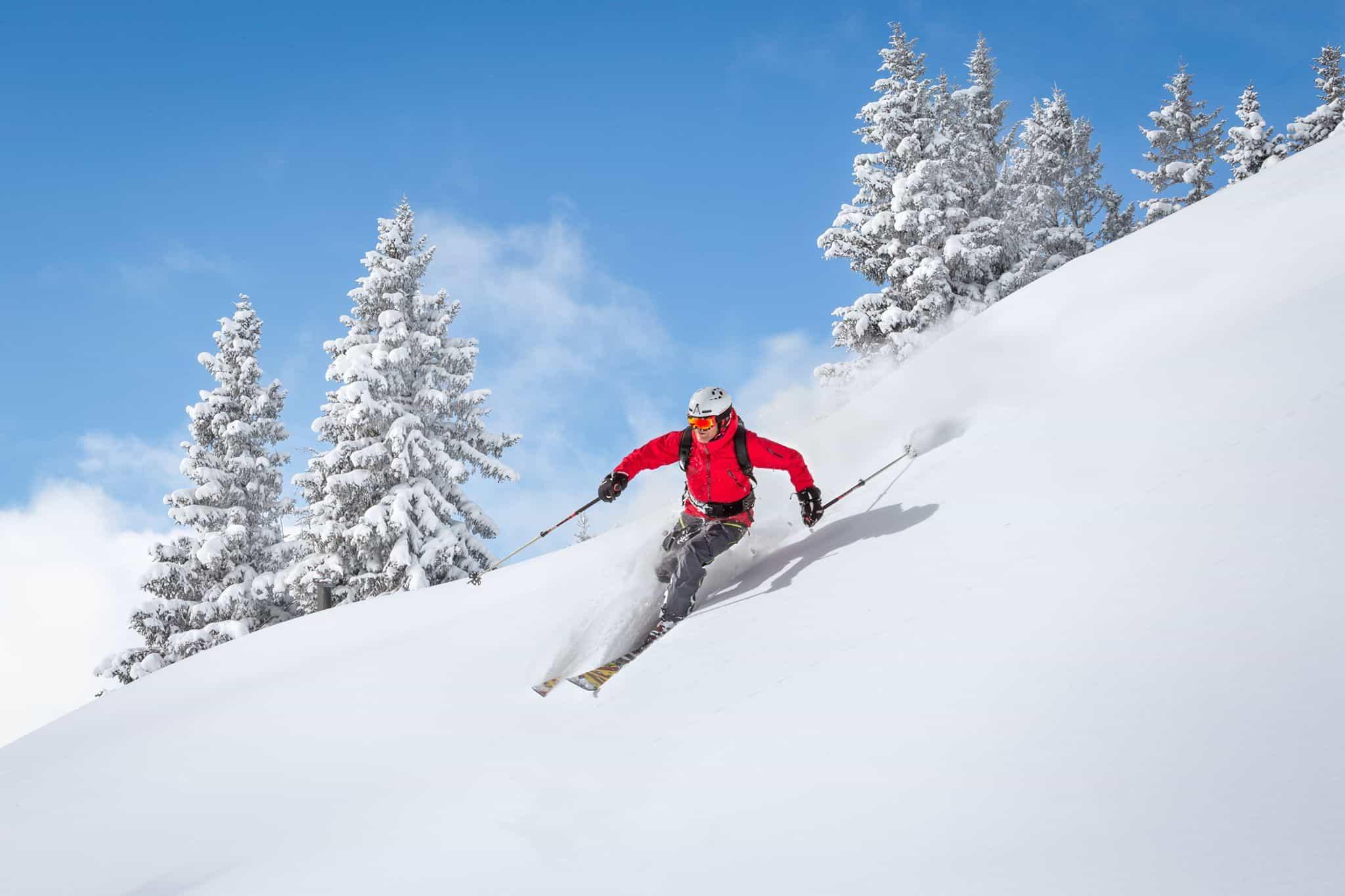 Un skieur à la montagne